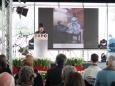 L'artista italo-ungherese Éva Oláh Arré descrive una delle sculture che ha realizzato per celebrare lo scienziato ungherese Albert Szent-Györgyi, vincitore del Premio Nobel per la medicina e la fisiologia nel 1937