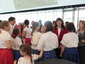 "La Dott.sa Kinga Gittlár con i bambini dell'associazione culturale ""Magyar Ház – Casa Ungherese"" di Cocquio Trevisago (Va)"